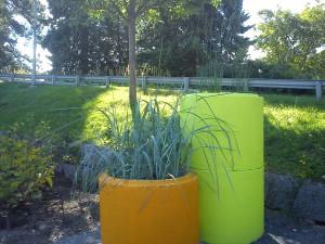 Snygga kontraster med blågrönt gräs i en orange kruka och en